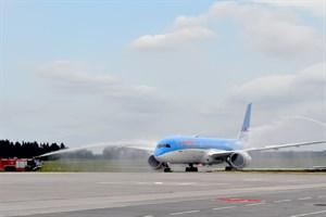 """Begrüßung des """"Dreamliners"""" auf dem Rostock Airport mit einem traditionellen Wasserbogen der Flughafenfeuerwehr (Foto: Angelika Heim)"""