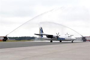 Mit dem traditionellen Wasserbogen wurde der VLM-Erstflug aus Antwerpen und Köln/Bonn in Rostock-Laage begrüßt (Foto: Angelika Heim)