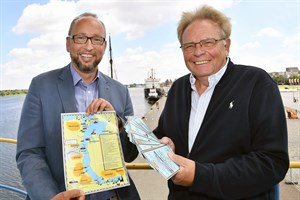 Flyer wirbt für maritimes Erbe in Rostock (Foto: Joachim Kloock/TZ)