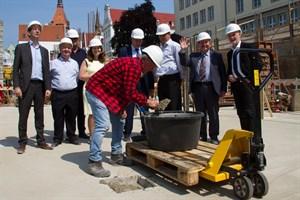 Nach etlichen Verzögerungen wurde heute am Glatten Aal der Grundstein für das Hansekarree gelegt.