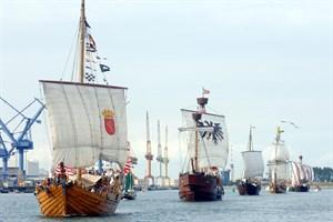 """""""Einfach handeln"""" lautet der Slogan des 38. Internationalen Hansetages in Rostock, zu dem an Bord der teilnehmenden Koggen Waren aus Hansestädten in den Stadthafen transportiert werden. (Foto: Hansetag Rostock 2018/Lutz Zimmermann)"""