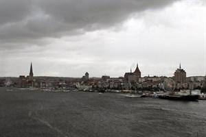 Dunkle Wolken über dem Rostocker Stadthafen: Die Eröffnungsveranstaltung des Internationalen Hansetages Rostock muss wetterbedingt entfallen