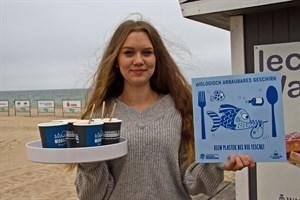 Lena Burger verkauft den Kaffee am Strand nur noch in Bechern aus biologisch abbaubarem Material