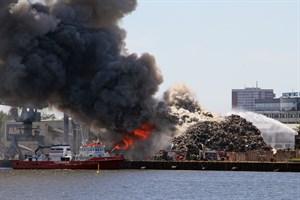 Brand auf Schrottplatz im Gewerbegebiet Rostock-Schmarl - auch das Feuerlöschboot FLB 40-3 hilft bei der Brandbekämpfung