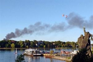 Großbrand in Recyclingfirma in Rostock-Hinrichsdorf - eine Rauchwolke zieht über Rostock
