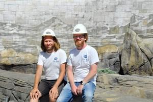Die Dosensportler Robert Hochstaedter (links) und Jörg Schünemann vor ihrem Werk, das sie zur Abwechslung nicht mit Farbe, sondern mit Hochdruckreinigern geschaffen haben. (Foto: Zoo Rostock/Joachim Kloock)