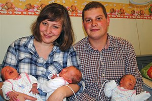 Familie Irina und Hannes Frank mit ihren Drillingen (Foto: Klinikum Südstadt)