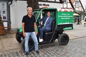 Neues Elektro-Fahrzeug unterstützt Strandreinigung in Warnemünde (Foto: Joachim Kloock/TZRW)