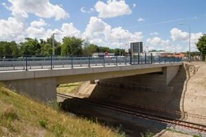 Erneuerte Brücke über die Bahnstrecke Kavelstorf - Seehafen Rostock
