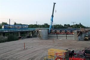 Das Kreuzungsbauwerk über die Stadtautobahn in Rostock-Evershagen wächst - an diesem Wochenende werden die Träger für die Brücke montiert