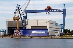 Auf der Warnow Werft in Warnemünde schweißt MV Werfen die Mittelteile riesiger Kreuzfahrtschiffe zusammen.