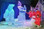 Eisbär aus Eis wirbt bei Karls fürs Polarium