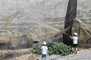 Die Dosensportler Jörg Schünemann (links) und Robert Hochstaedter geben dem Kunstwerk im Polarium des Rostocker Zoos durch Wasser mehr Kontrast. (Foto: Zoo Rostock/Joachim Kloock)