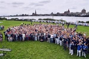 Gemeinschaftsfoto der Chöre vor der Kulisse Rostocks (Foto: Joachim Kloock)