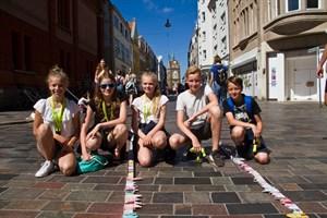 Annemarie, Marlene, Bina, Len und Jonas vom CJD gehören zu den 550 Schülern, die sich an der Kunstaktion zum 800. Stadtjubiläum beteiligten.