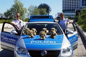 Ehrenamtliche Botschafter der Teddy-Stiftung: PHK Steffen Deußfeld und PKin Daniela Lange (Foto: Polizei Rostock)