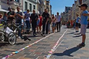 Weltrekordversuch mit der längsten Streichholzschachtelreihe zum Stadtjubiläum
