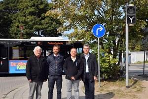 Jürgen Dudek, Ortsbeiratsvorsitzender, Knut Schäfer (GF Weiße Flotte GmbH), Reik Hollatz (Verkehrs- und Fahrzeugtechnik RSAG) und RSAG-Vorstand Jan Bleis freuen sich über die neue technische Lösung an der Haltestelle Hohe Düne Fähre (Joachim Kloock)