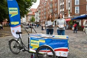 Am Info-Mobil können Rostocker Zukunftsszenarien für die Stadt diskutieren.