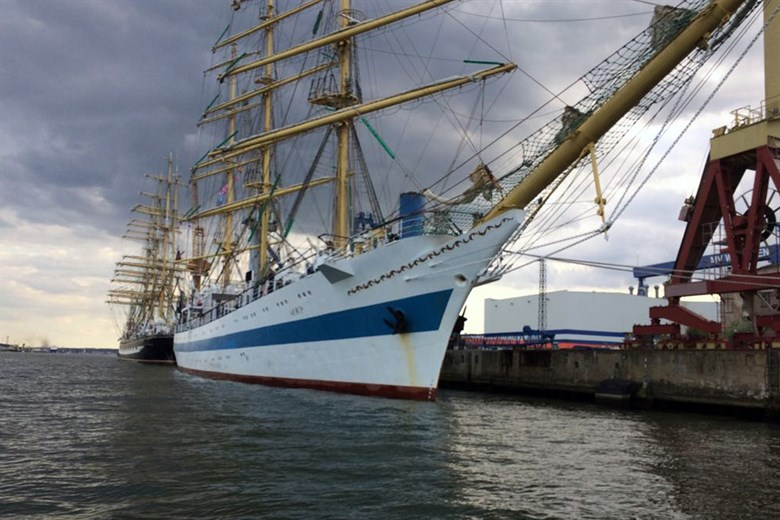 "Russisches Segelschulschiff ""Mir"" am Liegeplatz durch Sportboot beschädigt"