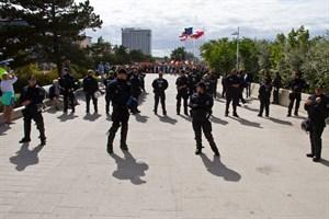 Polizeikräfte zwischen den beiden Demos auf der Warnemünder Promenade