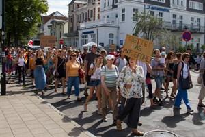 Rostock-Für-Alle-Demo zieht zur Warnemünder Promenade