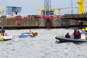 Segelboot kentert im Überseehafen (Foto: LWSPA M-V)