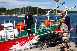 """Babette Caffier tauft das neue Feuerlöschboot der Rostocker Berufsfeuerwehr auf den Namen """"Albert Wegener"""""""