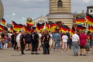 Anfang August demonstrierte die AfD in Warnemünde, am kommenden Samstag in Rostocks Innenstadt - zahlreiche Gegenproteste sind angekündigt (Foto: Archiv)