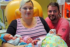Carola und Ronny Wockenfuß mit ihren Drillingen Levy, Lucy und Tony (von links, Foto: Klinikum Südstadt Rostock)