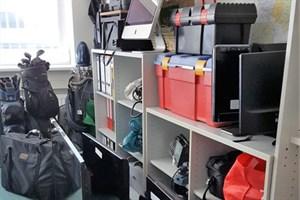 Einbruchsserie aufgeklärt, sichergestelltes Diebesgut füllt Ermittlerbüro (Foto: Polizei Rostock)