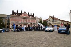 Zwölf Elektrofahrzeuge fahren zwischen Tallinn und Monte Carlo um die Wette und machen einen Zwischenstopp in Rostock.