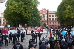4.000 Menschen demonstrierten gegen die AfD, hier auf dem Universitätsplatz Rostock
