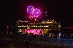 Kreuzfahrtschiff-Auslaufparade mit Feuerwerk in Warnemünde beim Rostock Cruise Festival