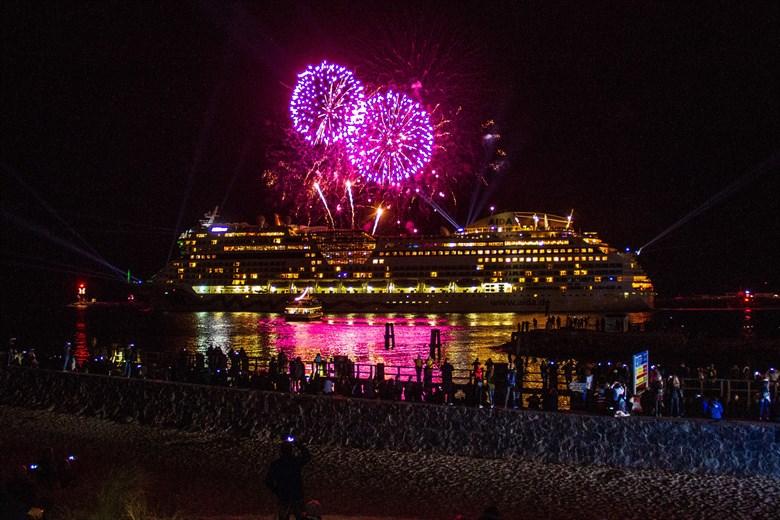 Kreuzfahrtschiff-Auslaufparade mit Feuerwerk in Warnemünde
