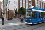 Aus gelbem Blinklicht wird Rotlicht – Fußgänger kommen sicherer zur Straßenbahn
