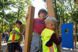 Alex, Laurenz und Arne auf dem neuen Spielplatz im Warnemünder Arankapark