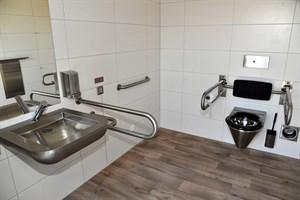 Die moderne WC-Anlage verfügt über eine barrierefreie Toilette, die mit einem Nottaster mit optischer und akustischer Meldung im Innen- und Außenbereich ausgestattet ist. (Foto: Joachim Kloock/TZRW)