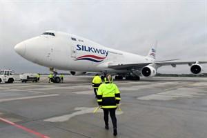 48 Tonnen Frachtgut am Flughafen Rostock-Laage in Frachtmaschine Boeing 747-400F der Airline Silk Way verladen (Foto: Angelika Heim)