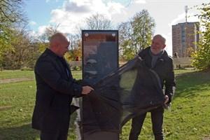 Senator Chris Müller-von Wrycz Rekowski und Designer Geert Maciejewski enthüllen die Informationsstele in den Wallanlagen.
