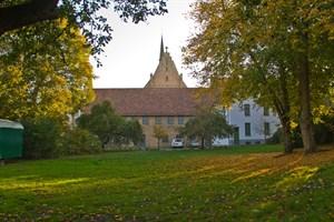 Herbstlicher Klostergarten zwischen Sommertheater und Weihnachtsmarkt