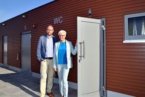 Steffi Berger, Geschäftsführerin der Fima Berger Raumsysteme GmbH, und Tourismusdirektor Matthias Fromm präsentierten heute in Warnemünde die neue Toilette am Strandaufgang 10 (Foto: Joachim Kloock/TZRW)