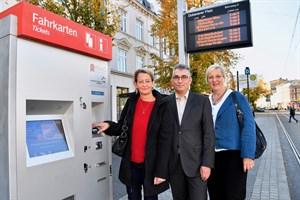 RSAG-Fahrkarten kontaktlos und mit Kreditkarte zahlen - Vertriebsmitarbeiterin Silke Gereit, Vorstand Jan Bleis und Marketingchefin Catrin Dumrath (v.l.n.r.) freuen sich, dass der Ticketkauf noch einfacher und bequemer wird (Foto: Joachim Kloock)