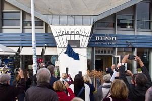 Die Plakette, die den Warnemünder Teepott als historisches Wahrzeichen der Ingenieurbaukunst in Deutschland auszeichnet, wird enthüllt.