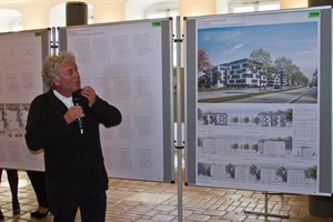 René Schneiders erläutert seinen Entwurf zur genossenschaftlichen Wohnungsbebauung am Rosengarten