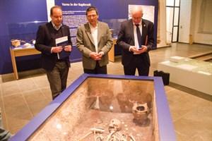"""Steffen Stuth, Vladimir Slavchev und Roland Methling in der Ausstellung """"Ältestes Gold der Welt"""" im Kulturhistorischen Museum Rostock"""