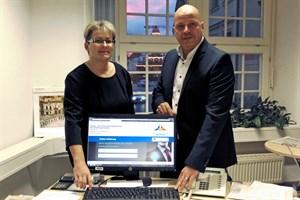 Rostock startet Online-Service zur Anhörung bei Verkehrsdelikten - Senator Dr. Chris Müller-von Wrycz Rekowski und Jana Böttcher, Abteilungsleiterin im Stadtamt, präsentieren das neue Serviceangebot (Foto: Hanse- und Universitätsstadt Rostock)