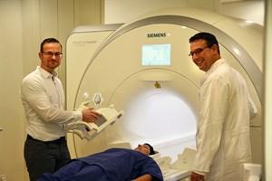 Steve Küster (Leitender MTRA, l.) und Prof. Dr. Marc-André Weber (Direktor der Diagnostischen und Interventionellen Radiologie) nehmen das neue Gerät in Betrieb (Foto: Unimedizin Rostock)