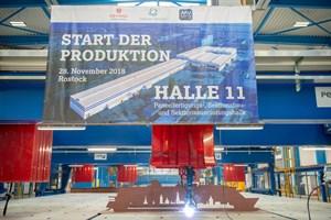 MV Werften startet Produktion im neuen Schiffbau-Hallenkomplex: Die Laser-Hybrid-Paneellinie zieht die erste Schweißnaht. (Foto: MV Werften)