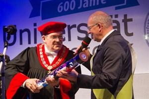 Roland Methling, Oberbürgermeister der 800-jährigen Hansestadt Rostock, übergibt den Staffelstab an Prof. Wolfang Schareck, Rektor der Universität, die im nächsten Jahr ihr 600. Gründungsjubiläum feiert.